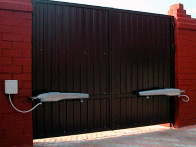 въездные откатные ворота консольного типа с электроприводом пультом дистанционного управления и сигн